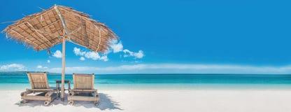 两把椅子和伞在海滩 免版税库存图片