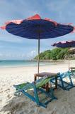 两把椅子和伞在海滩Samed海岛上在Thail 库存照片