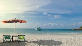 两把椅子和伞在海滩Samed海岛上在Thail 免版税库存照片