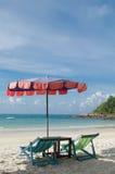 两把椅子和伞在海滩Samed海岛上在Thail 免版税库存图片