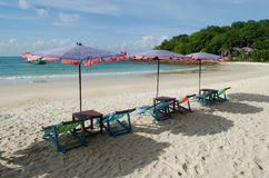两把椅子和伞在海滩Samed海岛上在Thail 库存图片