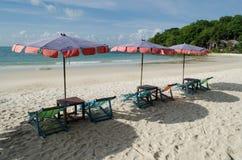 两把椅子和伞在海滩Samed海岛上在Thail 图库摄影