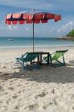 两把椅子和伞在海滩Samed海岛上在Thail 免版税图库摄影