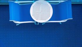 两把椅子和表在蓝色 免版税库存照片