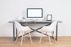 两把椅子在桌上 库存照片