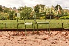 两把椅子在Tuileries庭院里在巴黎 库存照片
