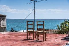 两把椅子有在海的看法 库存图片