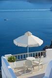 两把椅子有海视图在Oia,圣托里尼海岛,希腊 图库摄影