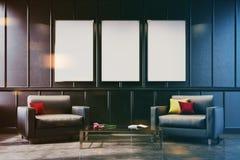 两把灰色扶手椅子在被定调子的一个灰色客厅 免版税库存图片