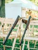 两把猎枪打开在垂直之外的被释放的安全 库存照片