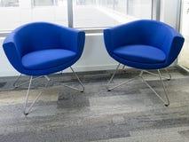 两把现代舒适的扶手椅子 库存照片