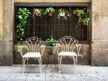 两把白合金椅子在老镇巴塞罗那 免版税库存照片