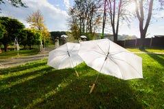 两把白色伞-婚礼辅助部件 库存照片