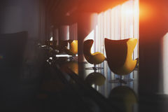 两把空的弯曲的当代黄色扶手椅子 库存图片
