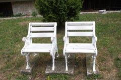 两把空的椅子/长凳 库存照片