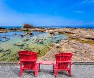 两把红色塑料扶手椅子 库存图片