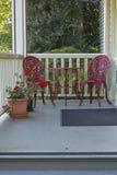 两把红色椅子和桌。 库存图片
