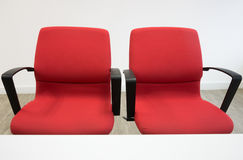 两把红色椅子在办公室 免版税图库摄影