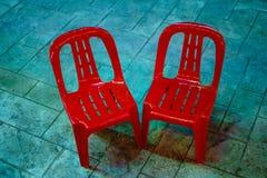 两把红色椅子在露台安置 免版税库存照片