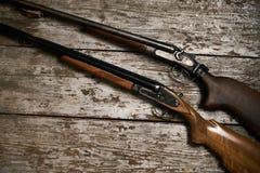 两把老古色古香的猎枪步枪 库存图片