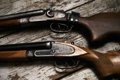 两把老古色古香的猎枪步枪 库存照片