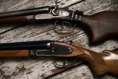 两把老古色古香的猎枪步枪 免版税库存图片