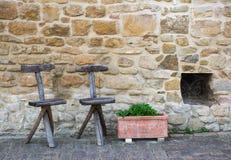 两把老托斯坎椅子 免版税库存图片