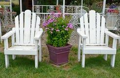 两把老白色庭院椅子 图库摄影