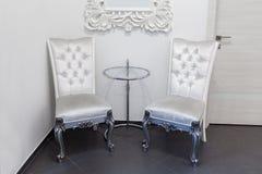 两把葡萄酒扶手椅子和玻璃coffe桌 免版税库存照片