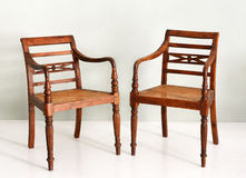 两把葡萄酒殖民地样式木扶手椅子 库存图片
