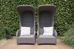 两把藤条椅子在庭院里 图库摄影