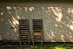 两把被折叠的太阳椅子 库存照片