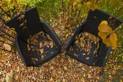 两把黑扶手椅子在庭院里 免版税库存照片