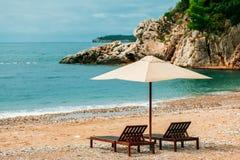两把sunbeds和伞在豪华海滩胜地 库存照片