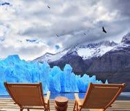 两折叠的木椅子和佩里托莫雷诺冰川 库存照片