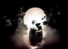 两拥抱在与花和月亮装饰的桌上的玩偶点燃了与烟的背景 概念亲吻妇女的爱人 问候或礼品券desig 库存照片