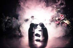 两拥抱在与花和月亮装饰的桌上的玩偶点燃了与烟的背景 概念亲吻妇女的爱人 问候或礼品券desig 图库摄影