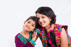 两接近彼此的小印地安姐妹 库存图片