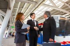 两握他们的在天空火车stat的亚裔商务伙伴手 库存照片