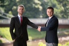 两握手的商人招呼 免版税库存照片