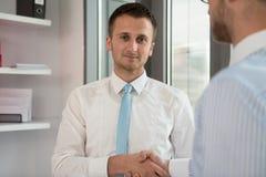 两握手的商人招呼 免版税库存图片
