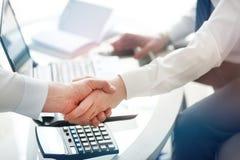 两握手的确信的商人在一次会议期间在办公室,成功,成交,招呼和伙伴概念 免版税库存图片