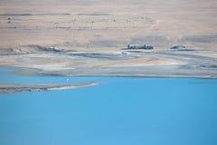两放弃了一个干净的山湖的岸的房子a的 库存图片