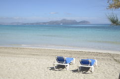 两放松椅子在海滩前面 免版税库存图片
