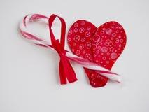 两放气了形成心脏的红色气球 免版税库存图片