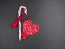 两放气了形成心脏的红色气球 库存照片
