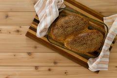 两新近地被烘烤的整粒面包小圆面包或卷 免版税库存照片