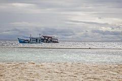 两旅游船在海浮动 免版税图库摄影