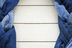 两时髦的辫子和褶` s框架系带了蓝色genoway fabr 库存照片