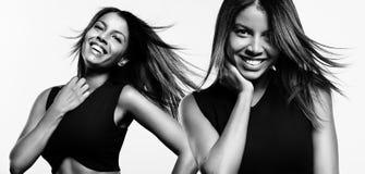 两有一根振翼的头发的黑人妇女 免版税图库摄影